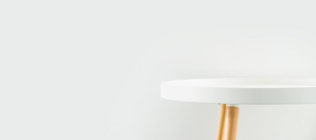 白い家の壁に空のモダンなラウンドホワイトテーブルトップ