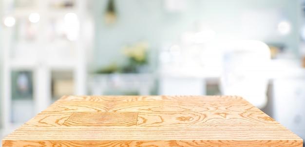 本社の視点木テーブルカウンター。ぼやけた職場の空の木製卓上
