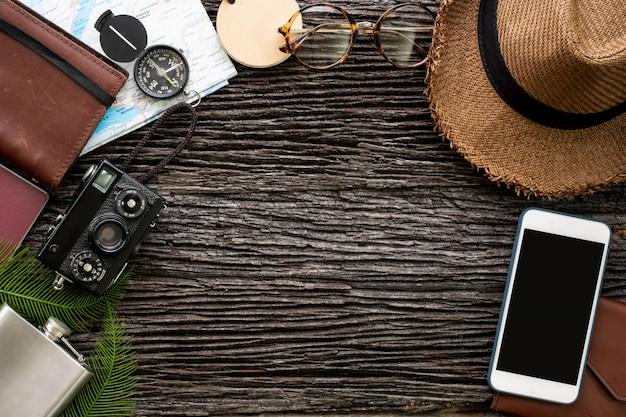 トップビューの携帯電話やアクセサリーアイテムと一緒に旅行する探検家のもの