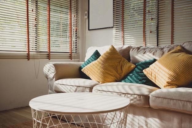 Закройте подушку на диване у себя дома утром