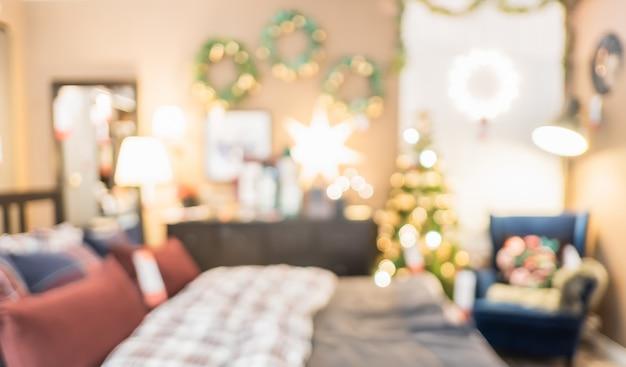 背景のボケ味を持つ家の寝室で光の文字列で抽象的なクリスマスツリーの装飾