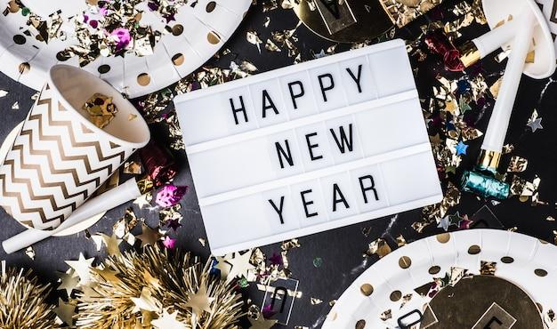 パーティーカップ、パーティー送風機、見掛け倒し、紙吹雪とライトボックスに新年あけましておめでとうございます
