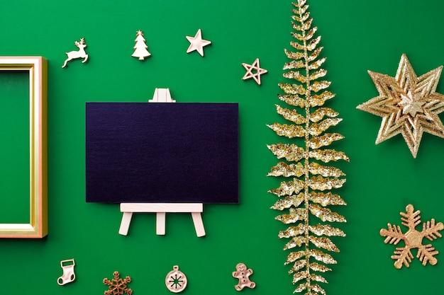 Вид сверху доске с золотом рождественские и новогодние украшения украшение на зеленом фоне