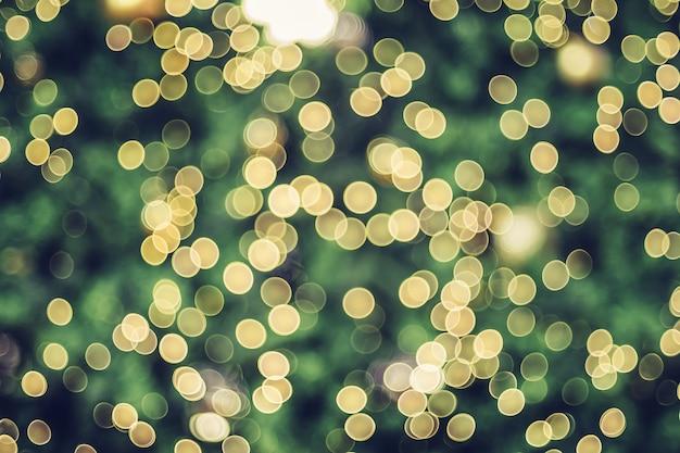 抽象的なぼかし装飾ボールとボケ味の光でクリスマスツリーに光の文字列