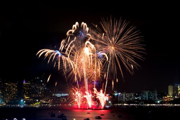 夜の街並みに新年あけましておめでとうございます花火。休日の祝祭
