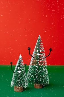 Рождественская елка с улыбкой лицом эмоции каракули стиль украшения на зеленом столе с ярким красным