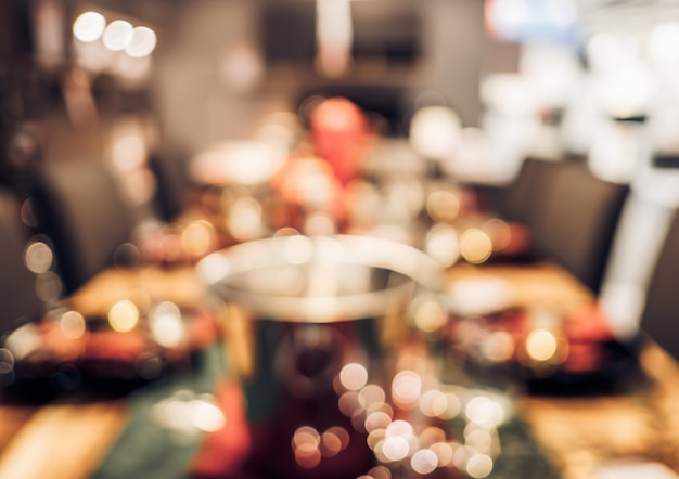 キッチンテーブルで文字列の光で抽象的なぼやけたクリスマスツリーの装飾