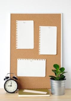 コルクのボードと鉛筆の白い白紙
