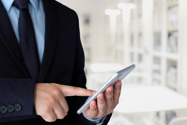 ビジネスマン、スマートフォン、ぼかし、オフィス、背景、コピースペース、テキスト