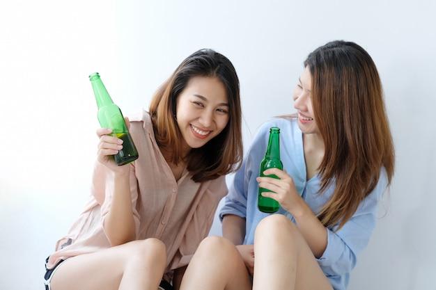 Две азиатские женщины пьют пиво на вечеринке, праздновании, пара лгбт, образ жизни