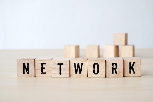 木製キューブ上のネットワークの単語