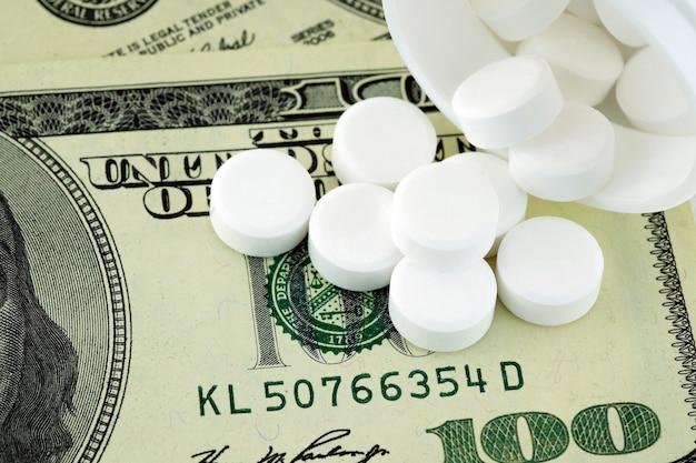 白い丸薬とお金、健康保険コンセプト