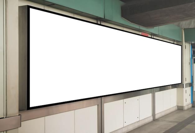 モックアップブランク看板のテンプレートが鉄道駅の壁に表示されます