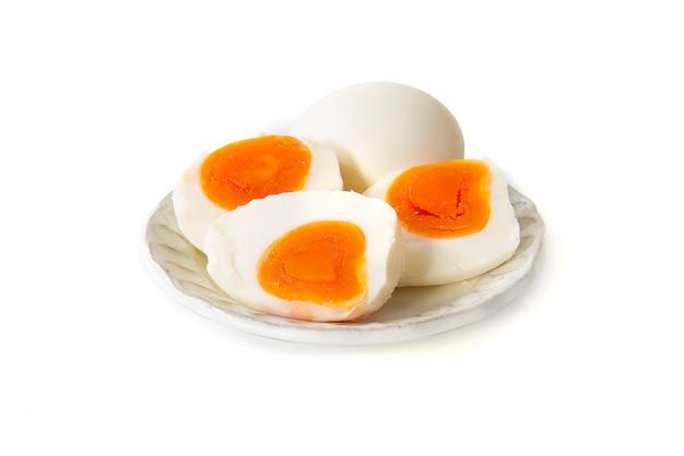 分離された皿に塩漬けの卵