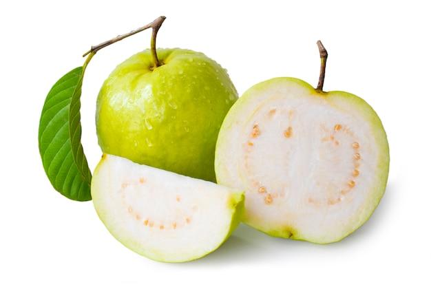 白い背景で隔離の葉と新鮮な緑のグアバ果実