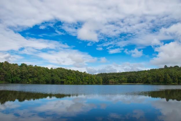 タイの美しい空の風景とジャングルの中で自然の貯水池