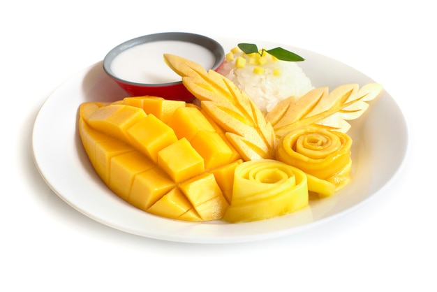 タイのデザート、マンゴーのもち米甘いココナッツミルクサイドビュー白背景