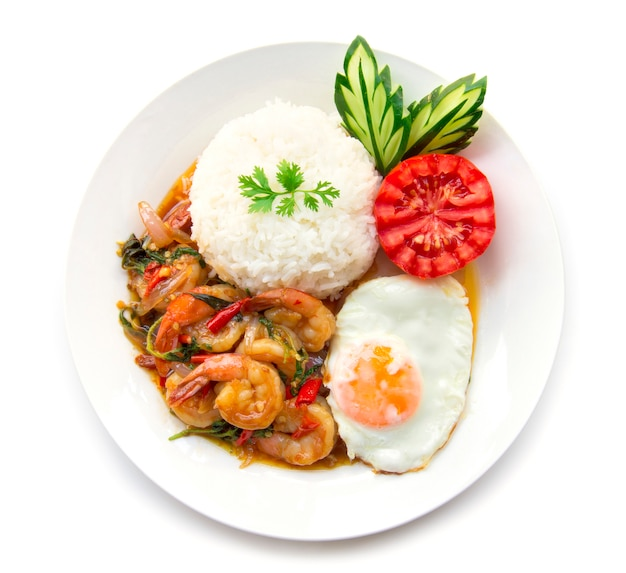 タイ料理の海老炒めスパイシーバジル、ご飯、目玉焼き、トマトキュウリ添え