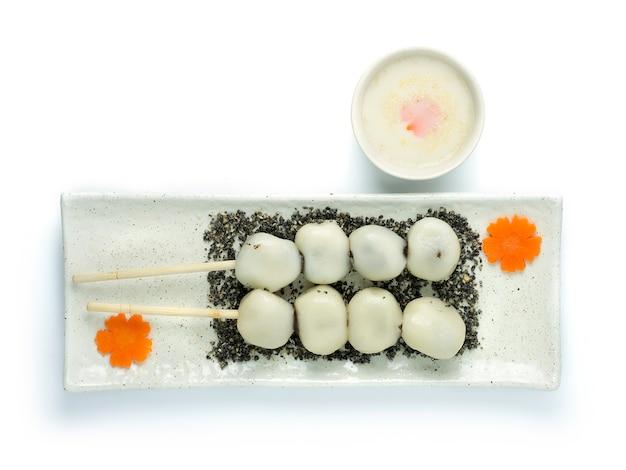 Клеевые рисовые шарики с начинкой из черного кунжута фаршированные сладкими