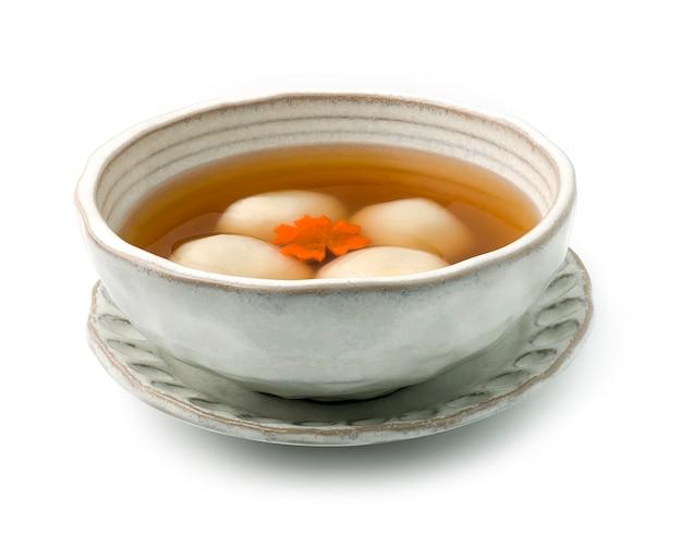 Клейкие рисовые шарики внутри черного кунжута в сладком имбире