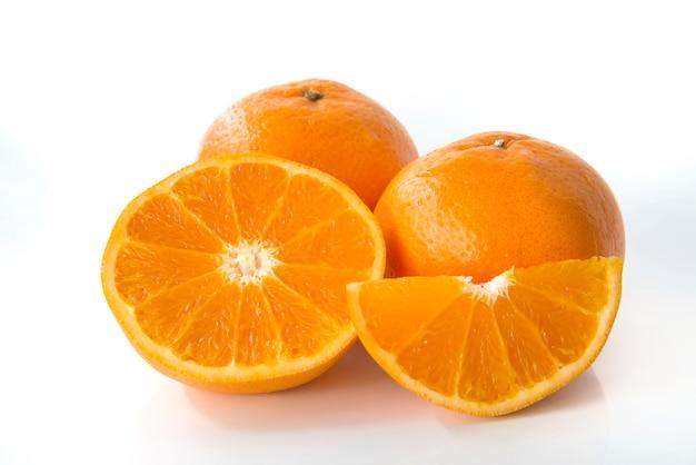 新鮮なオレンジ色の白い背景で隔離