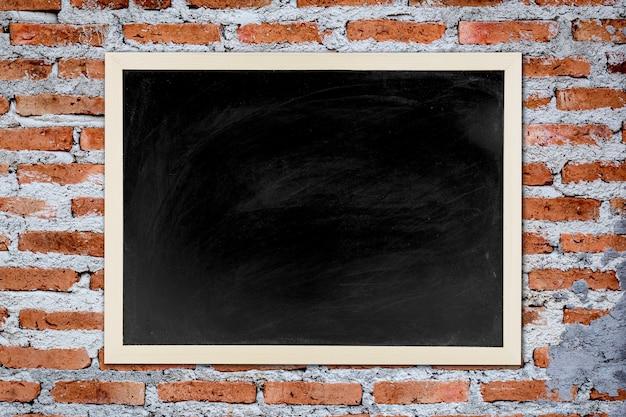 黒板、木製の竹のフレーム、黒板、古いレンガの壁の背景、コンセプト教育