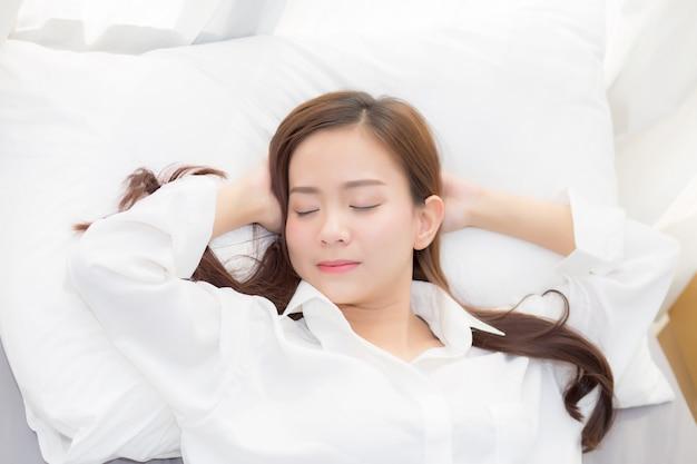 Красивая азиатская женщина, спать в постели