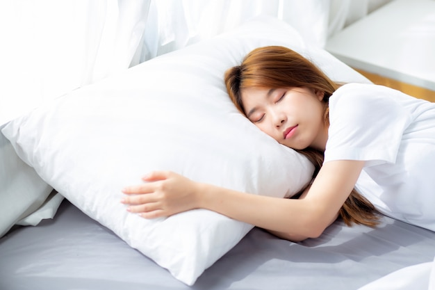 ベッドで横になっている美しいアジアの女性の睡眠の肖像画