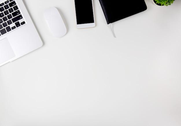 開いているディスプレイ画面モニターとラップトップコンピューターのトップビュー