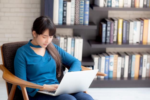 ビジネスの若いアジアの女性はラップトップコンピューターで動作します。