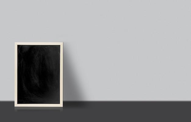 Пустая доске, доска на полу с белой стеной с копией пространства