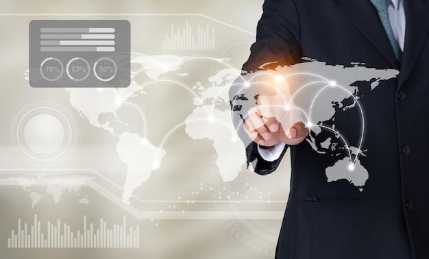 世界地図と彼の指で画面上のグラフに触れるビジネスマン