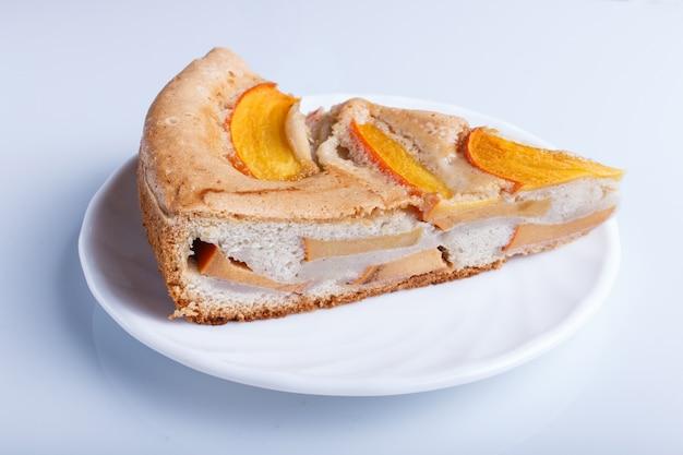 Ломтик сладкого пирога хурмы изолированы
