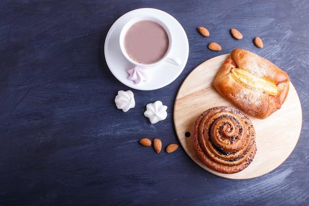ホットチョコレートとパンのカップ