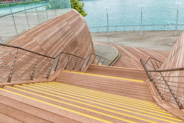 Декоративные деревянные лестницы возле набережной
