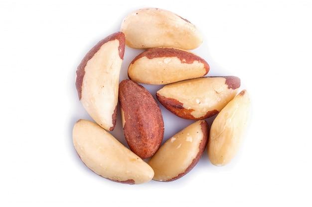 Куча бразильских орехов, изолированных на белом.