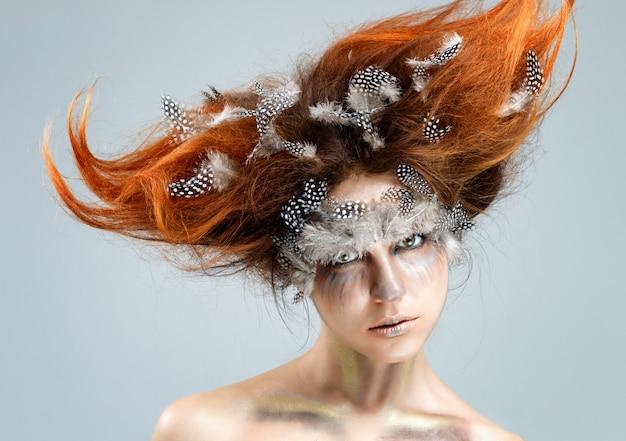 複雑な前衛的な髪型を持つ若い美しい女性。調色、アート写真。