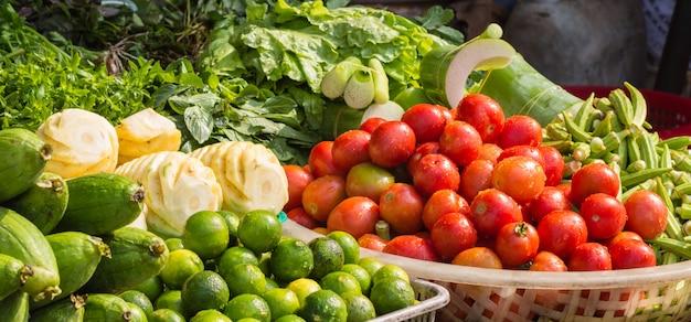 市場の様々な新鮮な果物や野菜