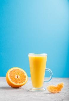 オレンジジュースのグラス。側面図