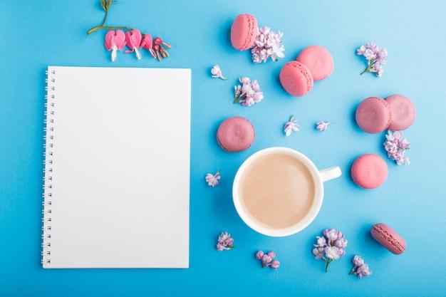 紫とピンクのマカロンまたはノートとマカロンケーキ