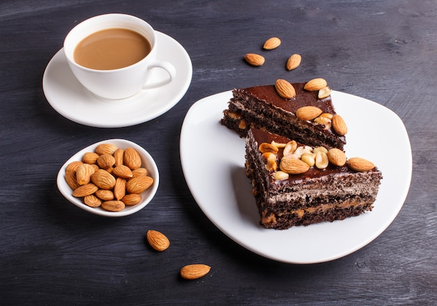 キャラメル、ピーナッツ、アーモンド入りのチョコレートケーキ
