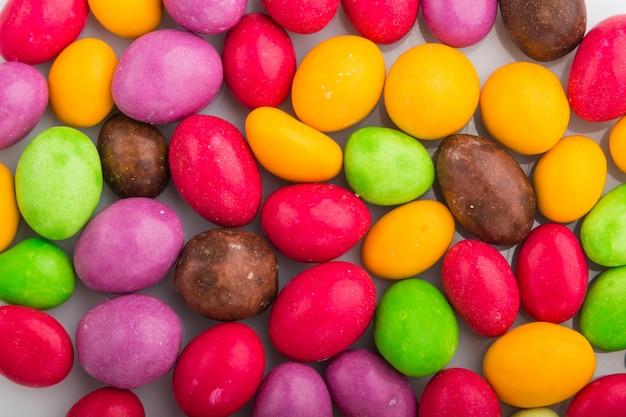 白地に色とりどりのキャンディーのテクスチャ