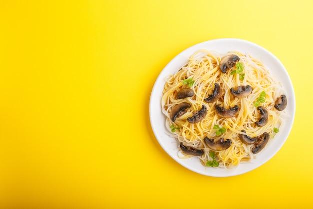 シャンピニオンマッシュルーム、卵ソース、オレガノのライスヌードル。上面図。