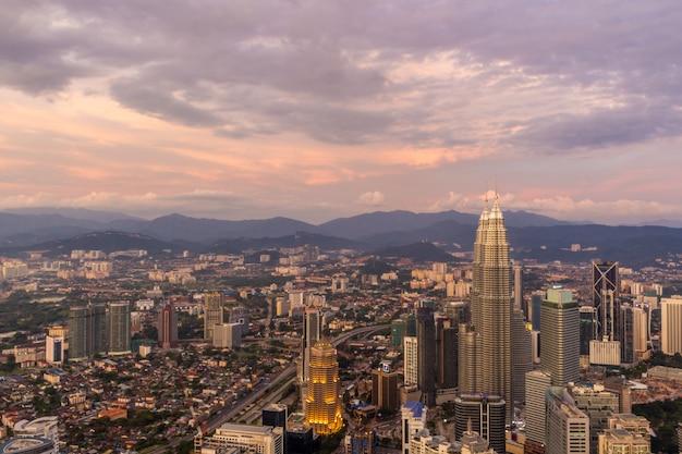 Фиолетовое небо и облака над куала-лумпуром