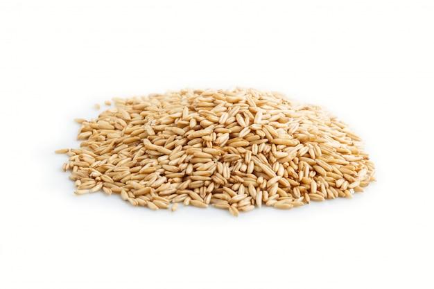 オート麦粒の白い背景で隔離のヒープ