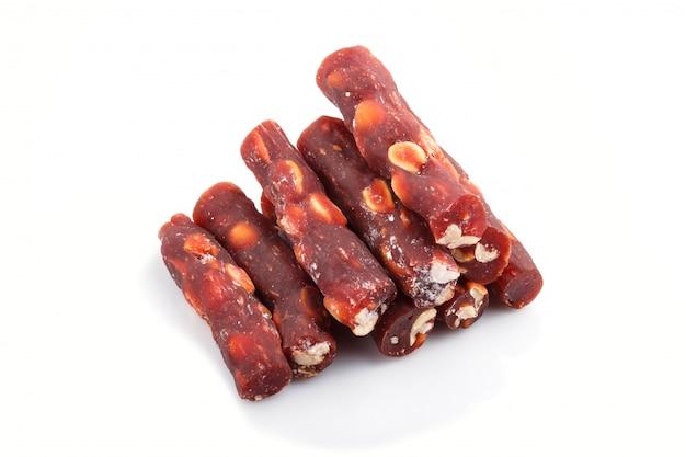 Браун традиционные рахат-лукум (рахат лукум) с арахисом, изолированных на белом фоне