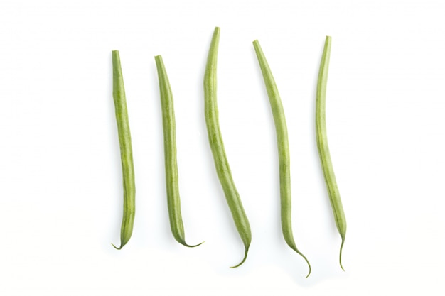 白い背景に分離された緑のフランス豆の束