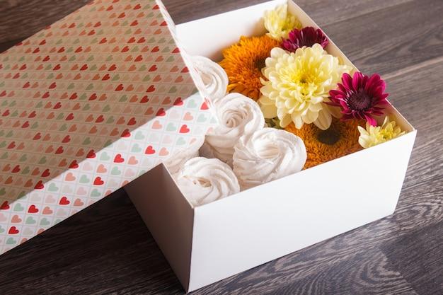Коробочка с белым зефиром, подсолнухами и хризантемами