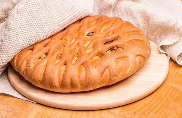 木の板に甘いパン