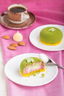 緑のムースケーキとピスタチオとストロベリークリーム。側面図